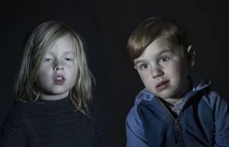 Παιδιά αποχαυνωμένα από την τηλεόραση..