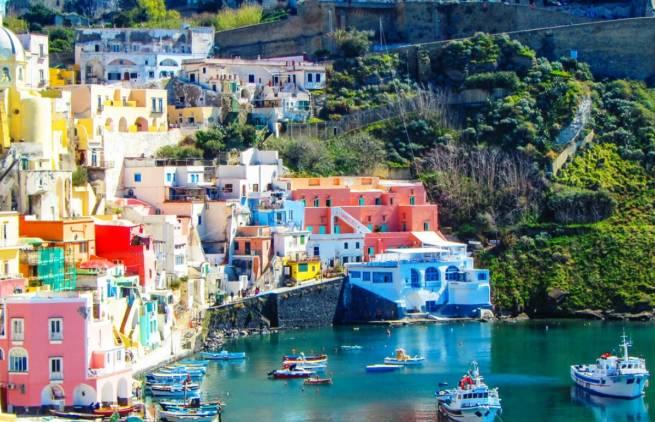 Ένα πολύχρωμο χωριό στις ακτές της Νάπολης