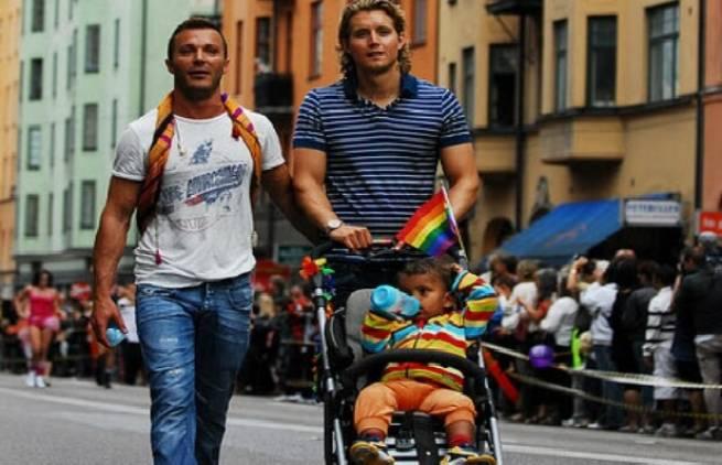 Πόσο φυσιολογικά μεγαλώνουν τα παιδιά με ομοφυλόφιλους γονείς;