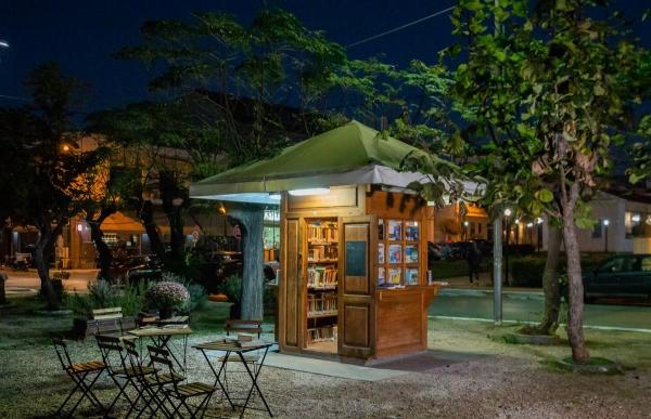 Image result for περίπτερο στην μεσσηνία γίνεται βιβλιοθήκη