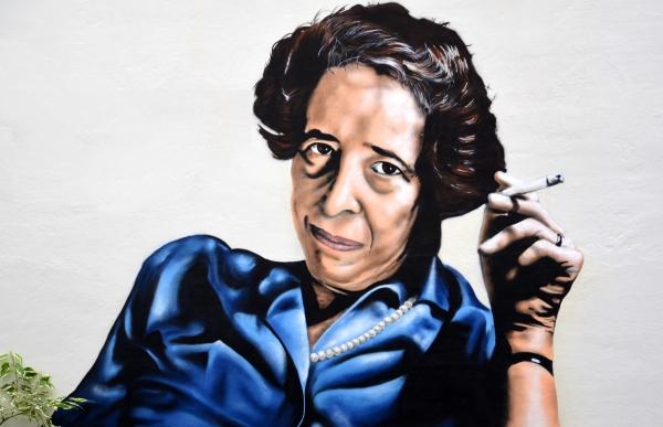 Hannah Arendt: «Όσο πιο ρηχός είναι κάποιος τόσο πιο πιθανό είναι να ενδώσει στο κακό»