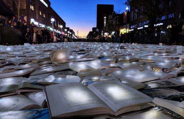 Όταν μία λεωφόρος στρώθηκε με αναμμένα βιβλία